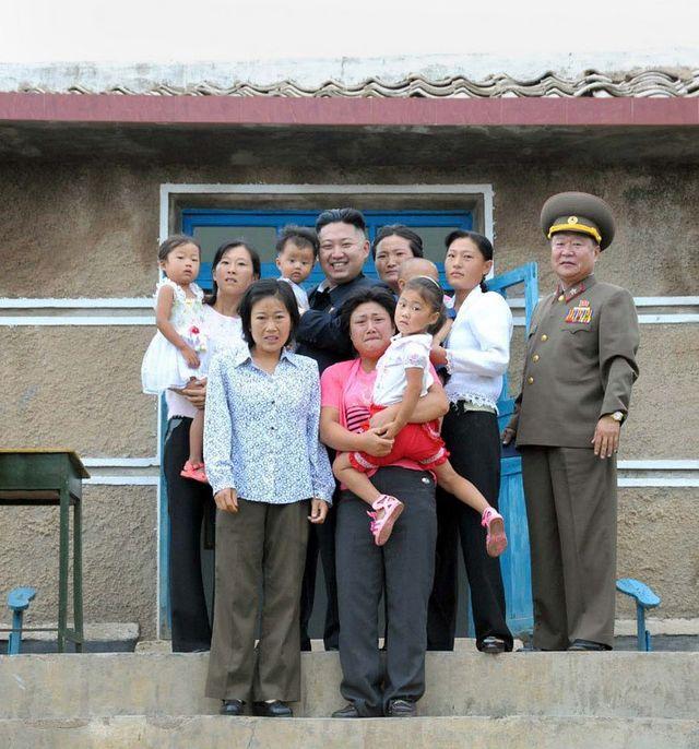 Ким Чен Ун подарява на сътрудниците си Mein Kampf