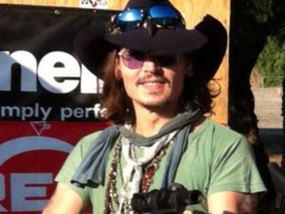 Джони Деп тренира стрелба за уестърна си The Lone Ranger