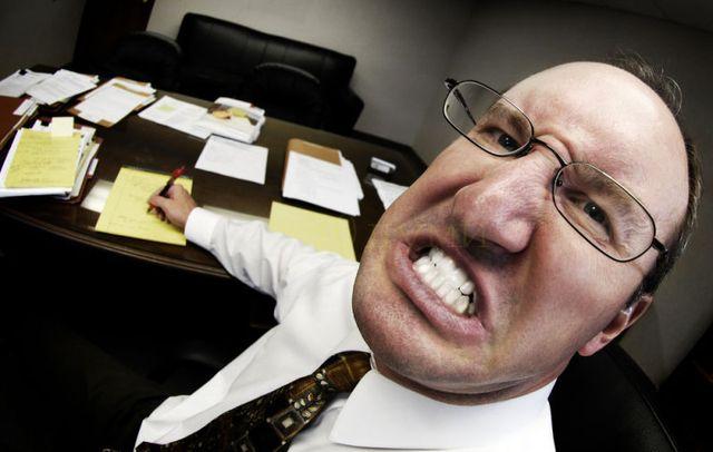 Работата с   шеф- психопат препрограмира негативно имунитета ви!