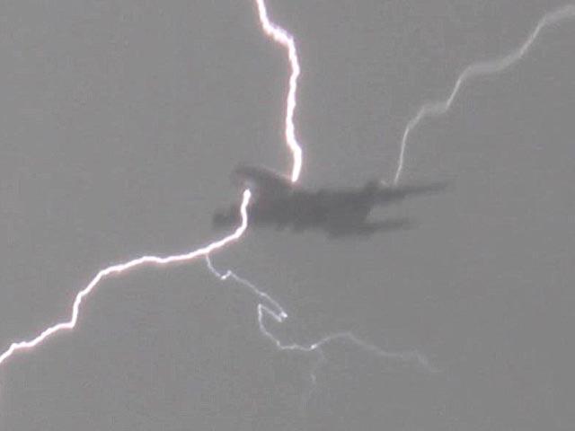 В САЩ   петима  пилоти наведнъж съобщиха, че самолетите им са поразени от мълнии