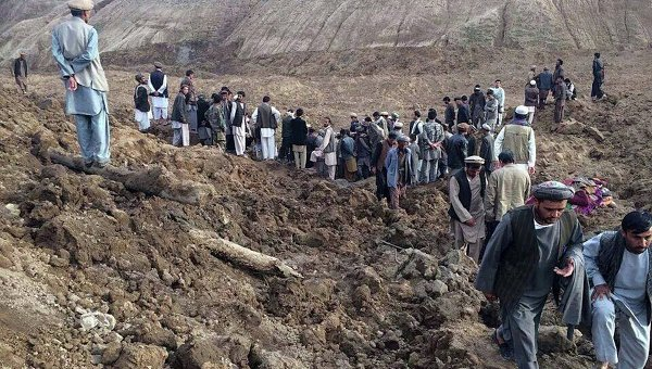 Свлачище в Афганистан погреба 2100 човека