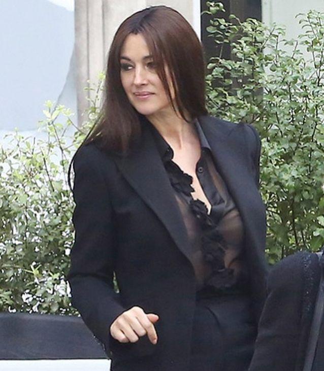 Съблазнителната Моника Белучи с прозрачна блуза