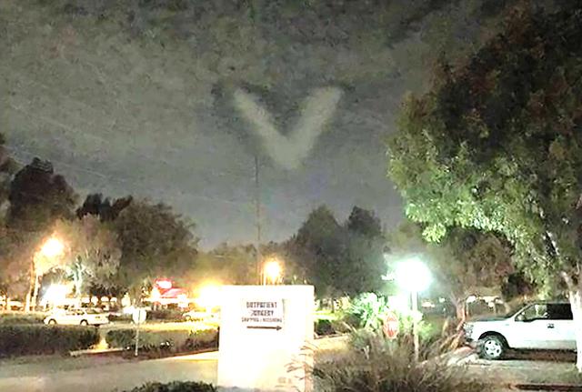 Oгромен V- образен НЛО се появи в облаците по време на лунното  затъмнение (видео)
