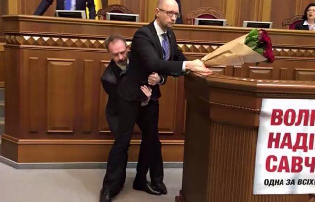 """Челен опит: Как изнасят """"на ръце"""" премиера на Украйна (видео)"""