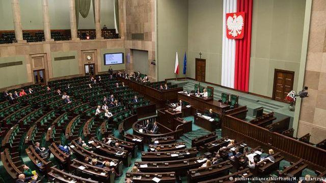 """Полша прие нов """"полицейски"""" закон, S & P веднага и свали рейтинга"""