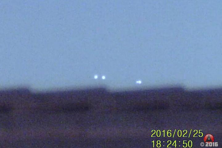 Четири светещи сфери прелитат над US военна база (видео)