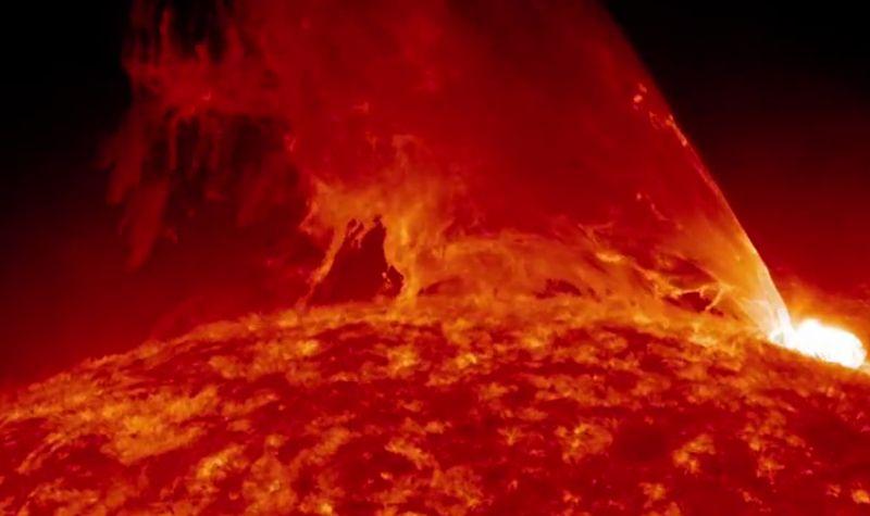 Чудовищен протуберанс на Слънцето (видео)