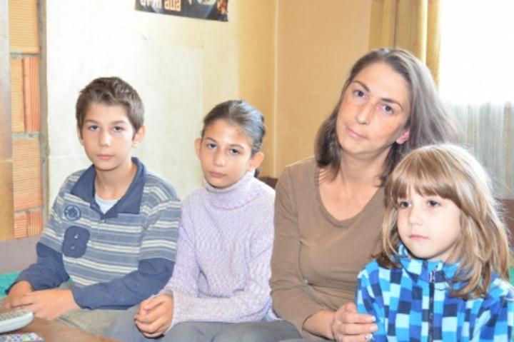 Къде са БХК – майка и 5-те ѝ деца оцеляват със 140 лв. на месец без ток и телевизия?!