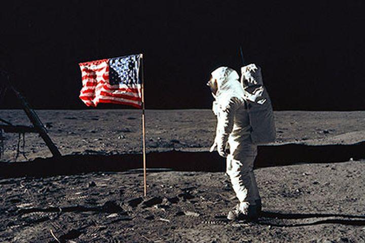 Изненадващо: Американците се завръщат на Луната