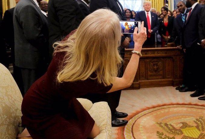 Сътрудничка на  Тръмп изненада всички с предизвикателната  си поза на прием в Белия дом