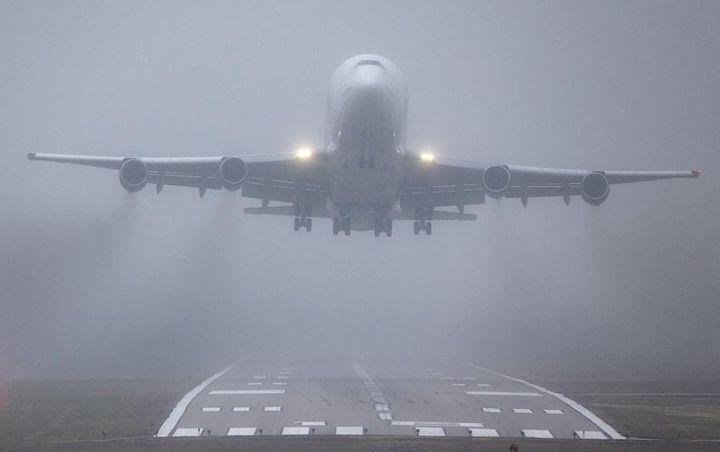 Екстремно: Приземяване на самолет  в гъста мъгла (видео)