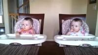 11- месечни близначки танцуват под акомпанимента на китарата на тати! (видео)