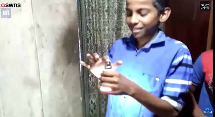 Мистерии: Електрическо момче от Индия пали LED лампи, само като ги докосва  с ръцете си (видео)